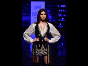 Tara Sutaria S Showstopper Look At The Lakme Fashion Week Winter Festive