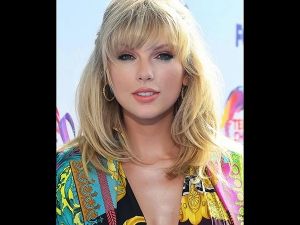 Taylor Swift S Vibrant Attire At The 2019 Teen Choice Awards
