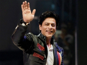 Shahrukh Khan Wins Hearts In Melbourne Clicks Selfie With Fans