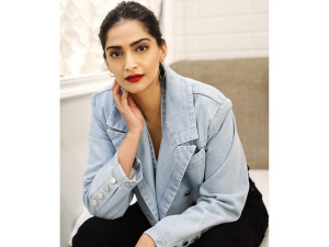 Sonam Kapoor Created 90s Inspired Bollywood Makeup Look