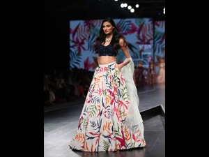 Athiya Shetty In A Festive Outfit At The Lotus Makeup India Fashion Week Ss