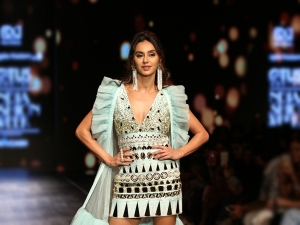 Shibani Dandekar S Showstopper Look For The Lotus Makeup India Fashion Week