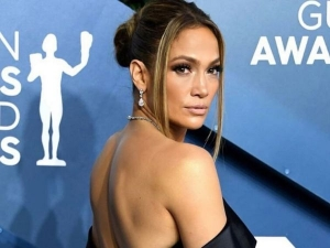 Jennifer Lopez Monochromatic Look With Eyeshadow And Nail Paint