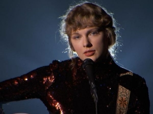 Taylor Swift Becomes Her Own Hair And Make Up Artist For Acm Awards