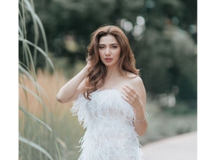 Raees Actress Mahira Khan S White Gown Look On Her Instagram