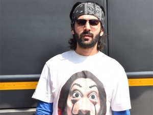 Pati Patni Aur Woh Actor Kartik Aaryan Flaunts Funky Graphic Print T Shirt On Set