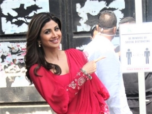 Shilpa Shetty Kundra Dress Up In A Pink Ruffle Saree For An Ad Shoot