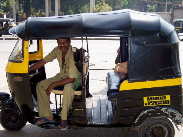 Howrah Auto Rickshaw Puller Returns A Bag Filled With Gold  To Its Owner